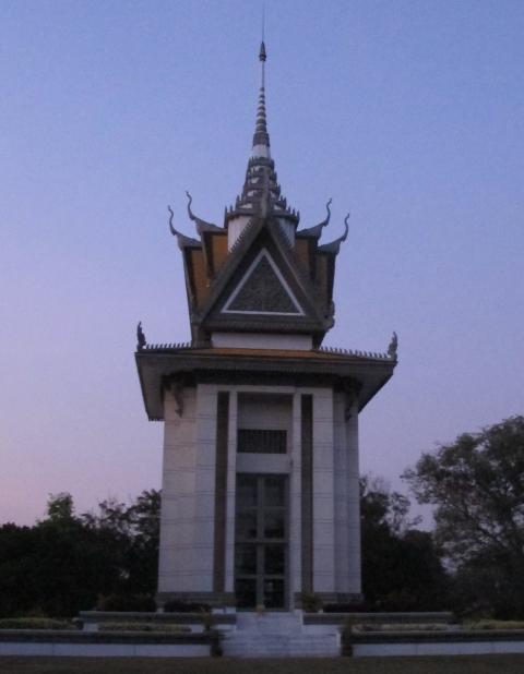 MAKABERT: Hodeskaller fra Pol Pot-regimets ofre ligger opp� hverandre inni dette monumentet som er reist p� Choeung Ek, en av de s�kalte d�dsmarkene utenfor Phnom Penh hvor massegravene ligger tett. Foto: SIRIL K. HERSETH