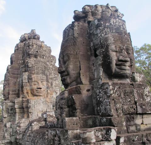 SMILENDE STEIN: I Bayon-tempelet, som ligger like ved Angkor Wat, kan du blant annet se flere slike ansikt hogget ut i stein. Foto: SIRIL K. HERSETH