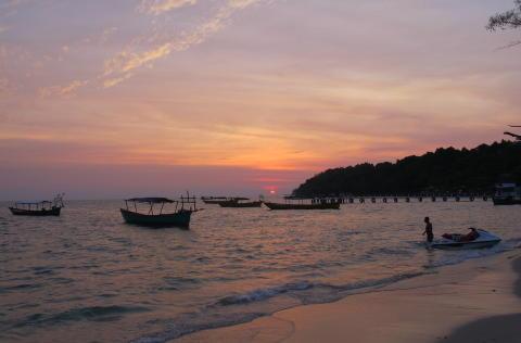 ROLIG: Det er ikke s� mange mennesker p� stranda i Sihanoukville n�r sola g�r ned. Foto: SIRIL K. HERSETH