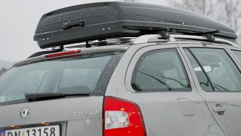 NORSK KLASSIKER: Mange norske biler har en Skiguard-boks p� taket vinteren igjennom. Modellen 825 Touring har tunneler for lastestativbjelkene, og det bidrar til at boksen ligger lavt p� taket. FOTO: Haakon F�rde