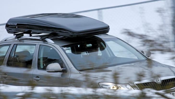 PACKLINE FX-SUV: Slank glassfiberboks med universaltilpasning til takstativ. Universaltilpasning gj�r det mye lettere � flytte boksen fra bil til bil enn lastestativtunneler. FX-boksen finnes ogs� i tunnelversjon. FOTO: Haakon F�rde