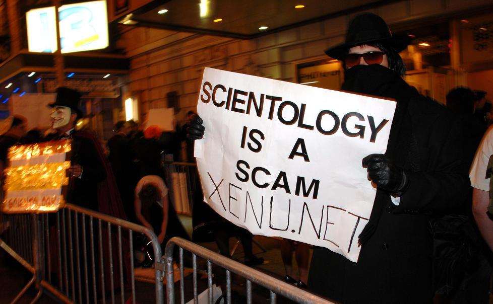 BITTER STRID: En antiscientologiaktivist viser tydelig hva han mener under en markering i New York: �Scientologi er svindel.� Xenu.net er en profilert nettside dedikert til kampen mot bevegelsen, drevet av nordmannen Andreas Heldal-Lund. Foto: PETER KRAMER/AP/SCANPIX