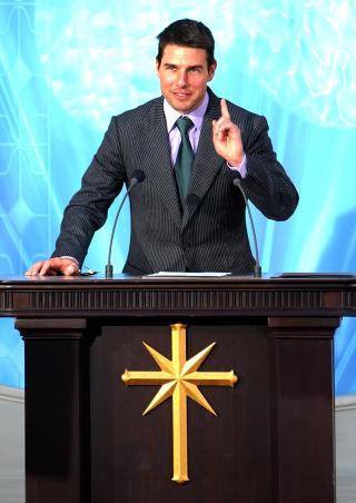 KJENDIS-SCIENTOLOG: Tom Cruise er en av mange kjendiser som bekjenner seg til scientologibevegelsen. Her under �pningen av en ny kirke i Madrid. Foto: PAUL WHITE/AP/SCANPIX