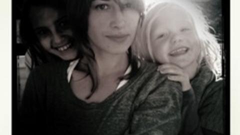 Damene i Ousdals liv:  Fra h�yre Elsa, samboer Pia Tjelta og hennes datter Sofie.