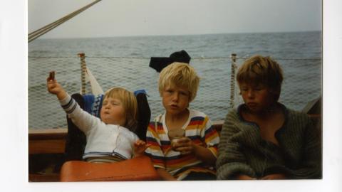 -Sommeridyll p� sj�en:  Mads og hans s�sken Sara og Steffen.