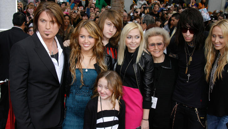 CYRUS-KLANEN: Her er hele Cyrus-klanen samlet til premieren av Miley Cyrus' �Hannah Montana�-film i 2009. Foto: STELLA PICTURES