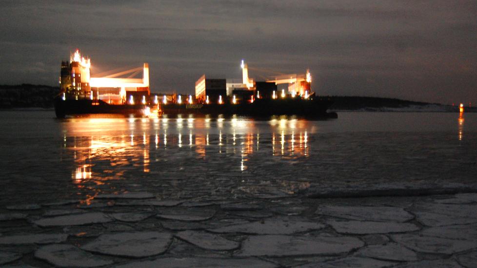 PÅ GRUNN:  Konteinerskipet «Godafoss» grunnstøtte utenfor Fredrikstad klokka 20.30 i kveld.  Foto: Ragnar Bjørck