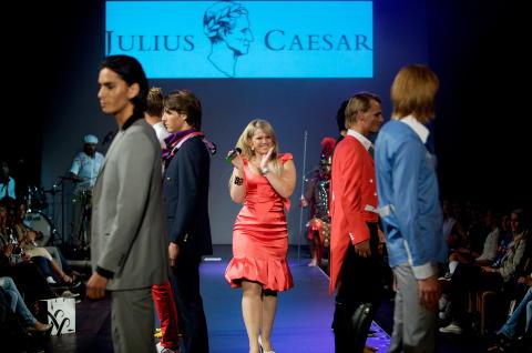 DESIGNDEBUT: Merket Julius Caesar hadde sin første separatvisning under moteuka i 2008, hvor Maria Haukaas-Mittet stilte med underholdning. Foto: Eirik Helland Urke / Dagbladet