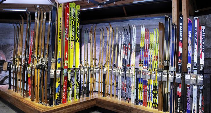 WALL OF FAME: Her er skiene til kjente norske skil�pere gjennom tidene, fra Bj�rn Wirkola til Aksel Lund Svindal. Foto: JOHN TERJE PEDERSEN