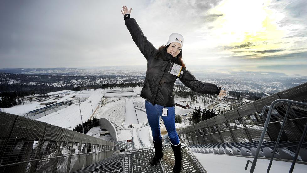 HOLMENKOLLEN: Linn Blekkerud viser fram Norges mest popul�re turistattraksjon, som har en million bes�kende i �ret.   Alle foto: JOHN TERJE PEDERSEN