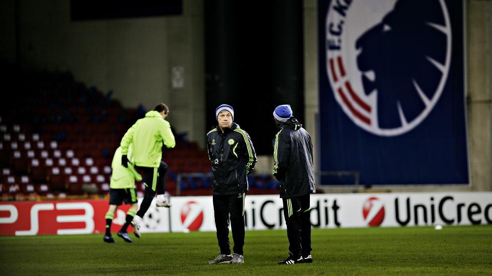 TUNGE TIDER: Carlo Ancelotti under g�rsdagens trening, med to av de spillerne han mener er i god nok form, Petr Cech og John Terry. Foto: Kristian Ridder-Nielsen/Dagbladet.