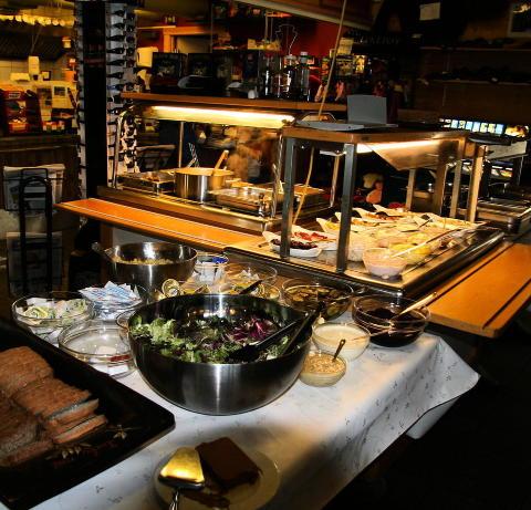 HJEMMELAGET MAT: Buff� med varm og kald mat p� Sjusj�en kaf�.  Foto: Kirsten M. Buzzi/Dagbladet