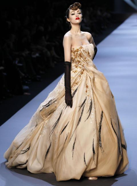 ELEGANT: Christian Diors vår- og sommerkolleksjon for 2011. Det blir Gallianos siste for motehuset. Foto: Afp / Scanpix