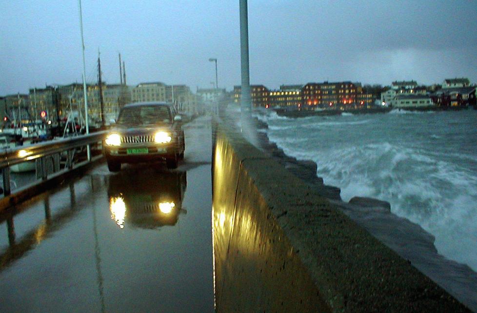 FRAR�DER BILKJ�RING: Vegtrafikksentralen frar�der folk i Nordland � kj�re bil; risikoen er stor for at kj�ret�yet blir tatt av vinden. Foto: BENN HENRIKSEN/SCANPIX
