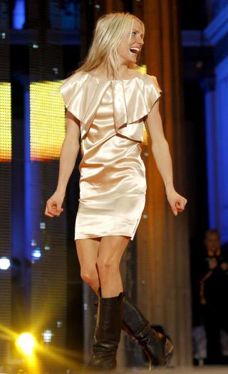 GULLJENTA: Therese Johaug feiret tremilsgullet sitt med en glinsende gullkjole. Omtrent samtidig som moteuka i Paris proklamerte at gull er neste vinters store farge. Foto: DANIEL SANNUM LAUTEN/SCANPIX