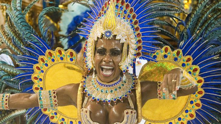 GLEDE: En av deltakerne fra Portela sambaskole i Rio de Janeiro. Foto: ANTONIO SCORZA/AFP/SCANPIX