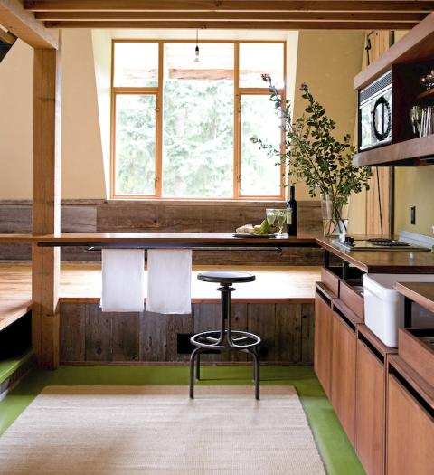 GAMMELT GJERDE: Panelbordene som står loddrett langs gulvet stammer fra et gammelt gjerde som gikk rundt tomten.  FOTO: Jenny Elia Pfeiffer