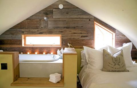 GAMLE VEGGER: I sovesalen har de gamle ytterveggene til låven blitt lagt horisontalt for å fremheve de gamle materialene som rammer inn rommet FOTO: Jenny Elia Pfeiffer