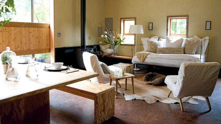 TILPASSET BORD: Det store spisebordet med benk i finer har designerne spesialdesignet til låven. FOTO: Jenny Elia Pfeiffer
