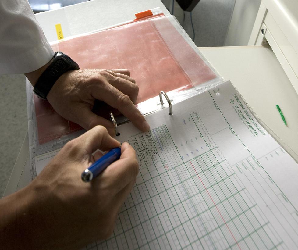 TIDSSLUK:  Papirarbeid krever for mye tid av norske sykehusleger, mener legeforeningen. Regjeringen svarer at papirarbeid også er legearbeid. Foto: Gorm Kallestad  / SCANPIX .