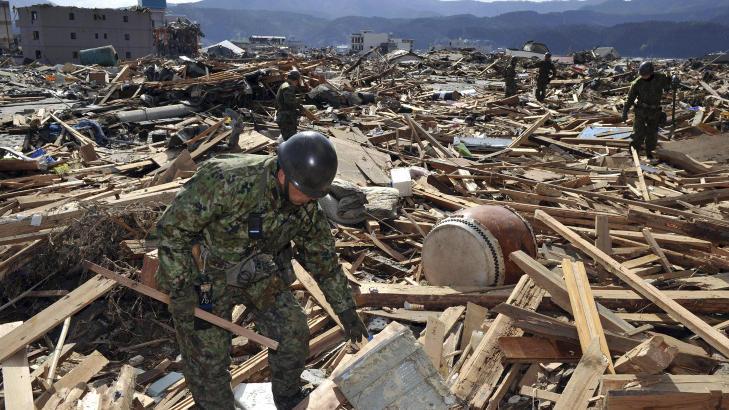 PÅ JAKT ETTER SAVNEDE: Soldater fra redningsstyrken leter i ruinene. Foto: REUTERS/Yomiuri