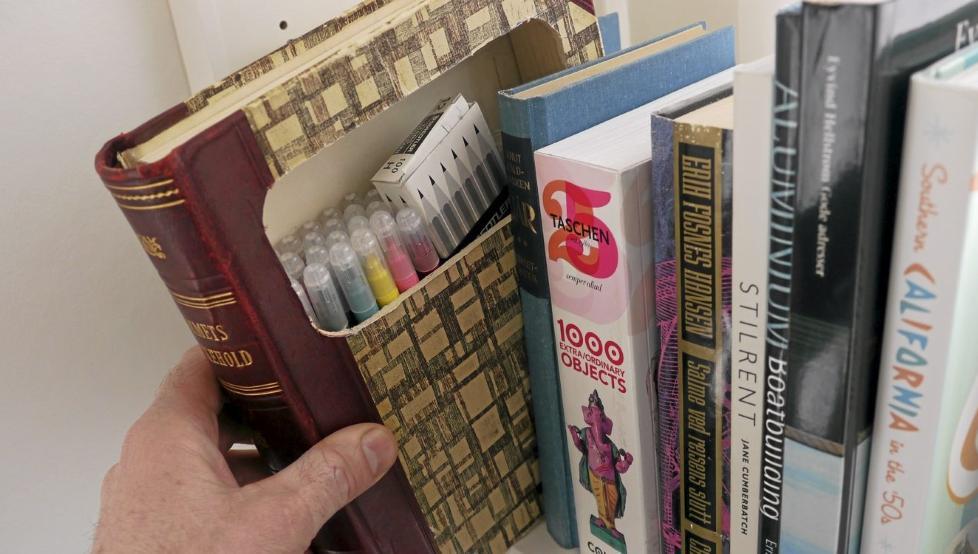 Smart oppbevaring i bokhylla