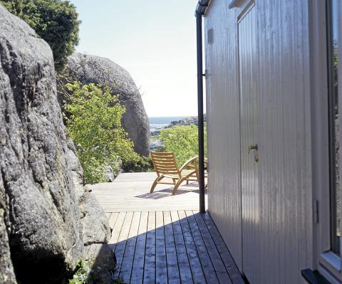 VÆRBITT: Den grå plattingen er som en del av fjellet og fungerer sommerstid som en forlengelse av interiøret.  FOTO: Espen Grønli