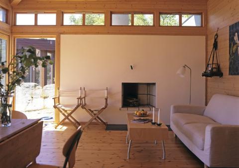 REN VEGG: Wille ville ikke at peisen skulle stikke ut i rommet. Derfor er peisrommet og pipa plassert på utsiden av hytta.  FOTO: Espen Grønli