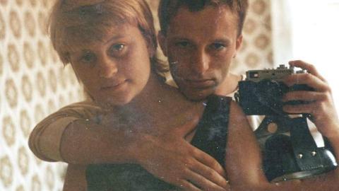 Speilbilde: Elin og mannen Nils sommeren 1980 p� et pensjonat p� Bornholm.