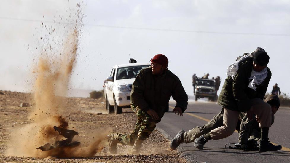 Gadhafis bomber: Oppr�rere n�r Bin Jawad i Libya flykter for livet under et flyangrep. Det er forstemmende � se dem som i dag fors�ker � bringe revolusjonsbevegelsen i de arabiske land i miskreditt, skriver kronikkforfatteren. Foto: Reuters/Scanpix