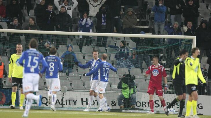 TREMÅLSSEIER: Sarpsborgspillerne jubler etter 3-0-scoringen til Øyvind Hoås mot Molde på Sarpsborg stadion i kveld. Foto: Stian Lysberg Solum, Scanpix