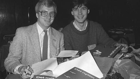 LOVENDE: Formann i AUF, Egil Knudsen og nestformann Jens Stoltenberg under landsm�tet i Oslo, februar 1985.