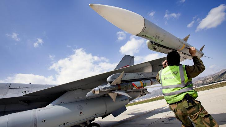 MELDT KLARE TIL KAMP: Her kontrollerer en milit�r tekniker et AMRAAM-missil som er festet p� et norsk F 16 jagerfly. Jagerflyet er en del av den norske jagerflystyrken ved Souda Air Base p� Kreta. Foto: LARS MAGNE HOVTUN, FORSVARET