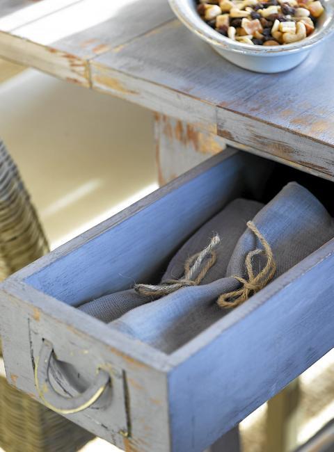 PRAKTISK OPPBEVARING: De smarte skuffene under bordet er praktiske til oppbevaring av servietter og lys. FOTO: Per Erik Jæger