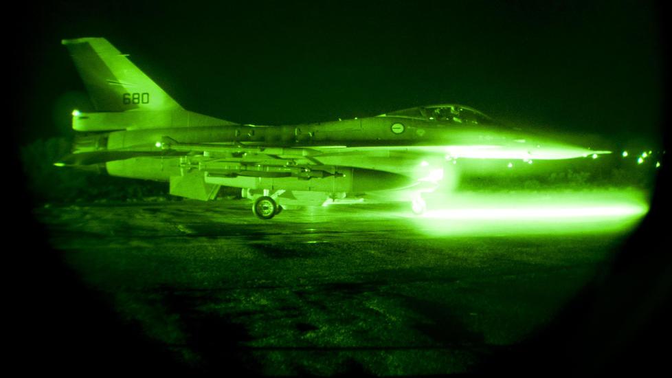NATTOPPDRAG: Den norske styrken p� Souda Bay-basen p� Hellas utf�rte i natt to bombetokt over Libya. To av de totalt fire flyene bombet en milit�r flybase i Libya. Dette bildet er tatt under nattoperasjonen natt til fredag. Foto: Forsvaret