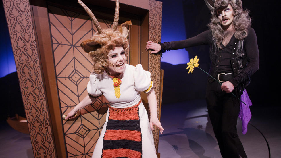 DYRELIV P� LANDET: Geitemor (Ingrid Bergstr�m) kjeder seg. Skal hun ta sjansen p� et mer spennende liv med ulven (P�l Christian Eggen)? Foto: GT Nergaard, Tr�ndelag Teater.