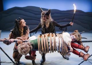 SPIS ELLER BLI SPIST?: Stykkets skumleste øyeblikk. «Rock'n roll wolf» hadde tjent på å ha litt skarpere tenner. Foto: GT Nergaard, Trøndelag Teater