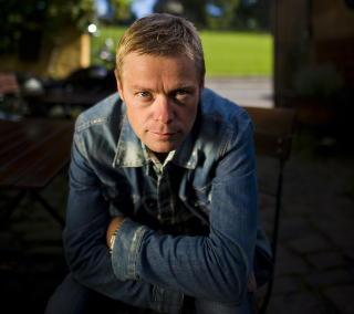 - LYVER:Henrik Langeland tror ikke Anne Holt er �Anonym�. Foto: H�kon Eikesdal