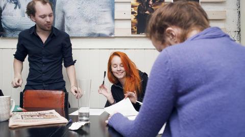 Kontraktbundet: Lisa Uhlen Ryssevik (21), Malin Aakre (23) og alle de andre som deltar skriver under på en kontrakt, så de vet hva Kenneth Sortland Myklebust kan bruke bildene til og ikke. Foto: Åse Holte