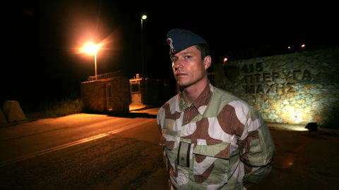 TOK AV: Rett etter at dette bildet ble tatt i g�r kveld, tok de norske F16-flyene som bombet en flybase i Libya av fra Souda Bay-basen p� Kreta. Foto: Jonas Sverrisson Rasch/Dagbladet