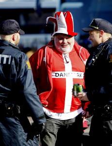 Danske fotballfans m�tt av 15 politibiler
