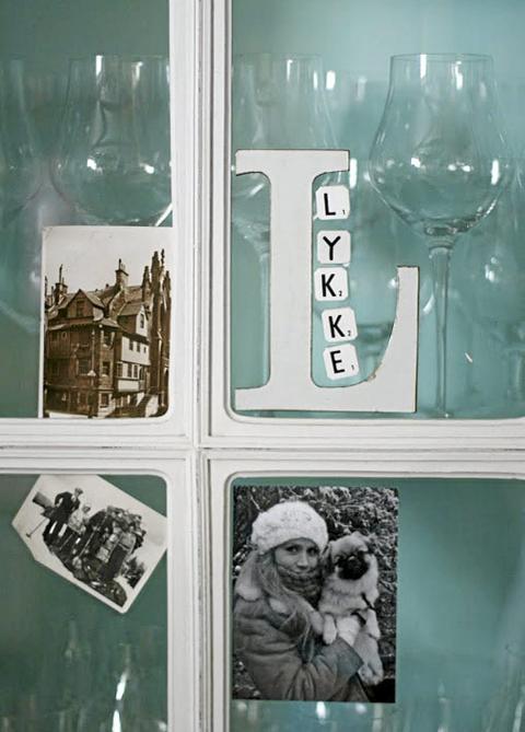 PERSONLIG: Flere steder og m�bler i leiligheten er dekorert med bilder. Foto: Nib