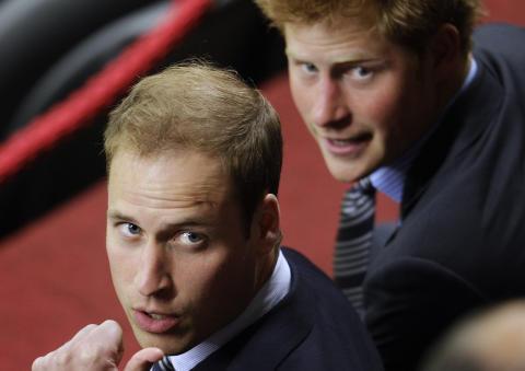 DRAKK UT BROREN: Det gikk overraskende stille for seg da prins Harry arrangerte utdrikkingslag for broren, prins William, i helga. Foto: Roberto Candia/AP/Scanpix