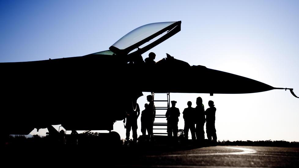 Slagkraft: Et norsk F-16 jagerfly har akkurat returnert til Souda Air Base p� Kreta etter endt tokt over Libya. Det er grunn til � v�re kritisk til FN-sporet i norsk debatt, mener Minerva-redakt�ren. Foto: Lars Magne Hovtun/Forsvaret