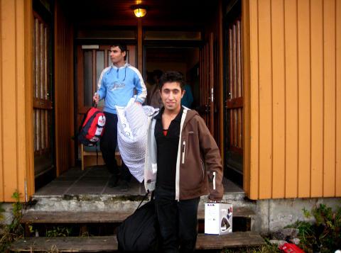 P� FLYTTEFOT: Rahim Rostami (19) flyttet fra asylmottaket p� Senjehesten og hjem til vergen Frode Olsen. Olsen ser p� Rostami som en s�nn, og er redd for hva som kan skje med han i skrekkfengselet utenfor Teheran. Foto: Privat