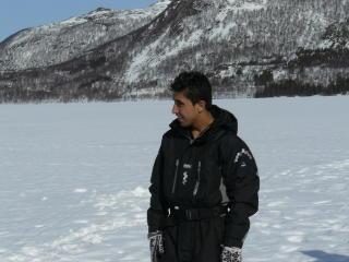 ISFISKETUR: Rahim Rostami p� isfisketur med Frode Olsen og familien p� Olaheimvannet p� Senja i 2009. Foto: Privat