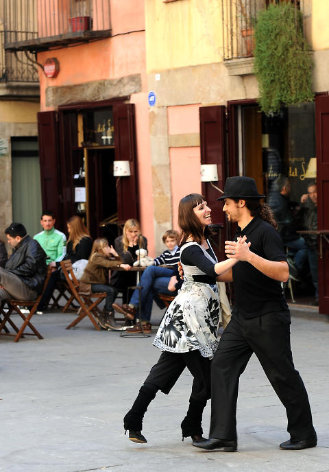 TANGO FOR TO: Gamlebyen i Barcelona er s� flott at man bare m� kaste seg ut i en tango. Foto: MARIANNE OTTERDAHL-JENSEN