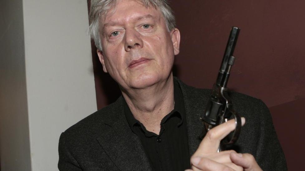 ÅRETS BESTE: Chris Tvedt fikk i dag den høythengende Rivertonprisen for fjorårets beste krimlitterære verk. Nå lurer han på hvordan han skal få med seg revolver-trofeet hjem til Bergen. Foto: Morten Holm / Scanpix