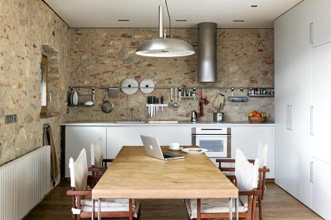 KJØKKENET: På kjøkkenet står det et spisebord med hjul som kan rulles ut på balkongen. FOTO: Enric Duch