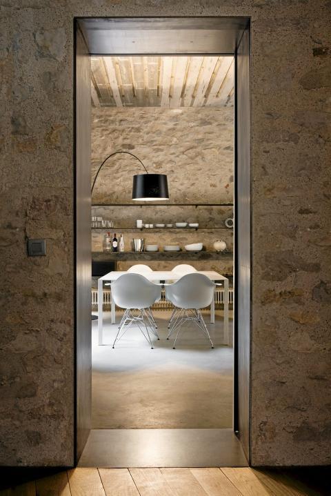 SPISESTUE: Spisestuen er innredet med moderne møblement og åpne hyller FOTO: Enric Duch